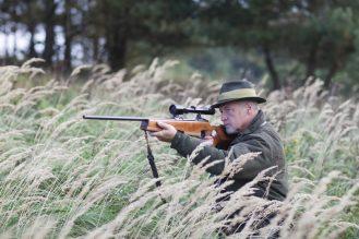 Jäger zielt durchs Zielfernrohr